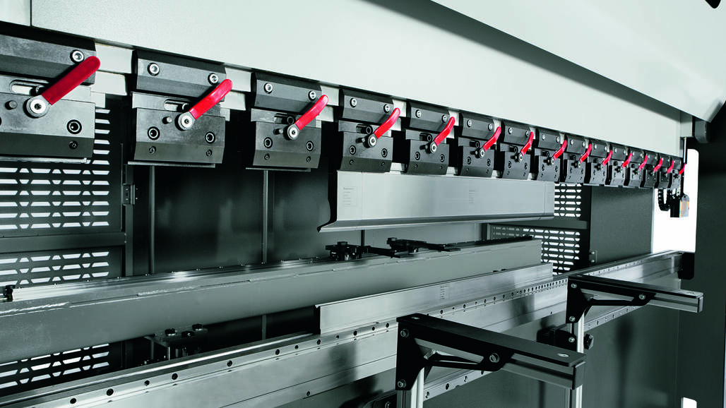The closed O-frame design of the Xpress offers sufficient space for applications along the entire bending length.